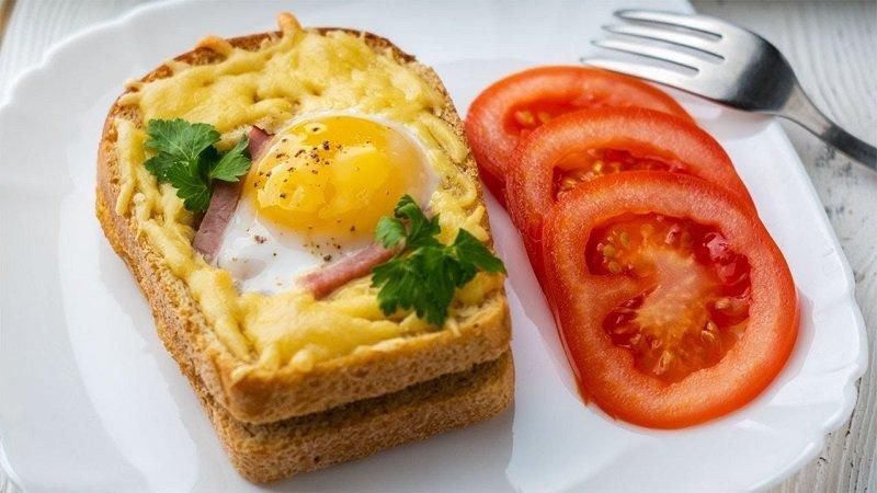 бутерброд с яйцом и помидорой
