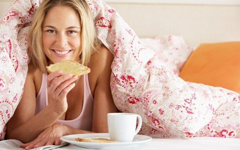 женщина завтракает