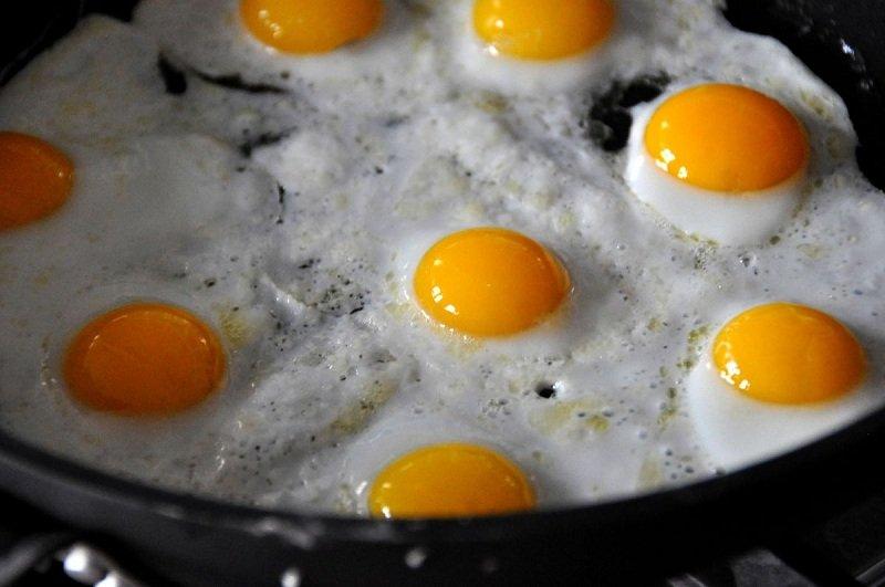 яичница на сковороде