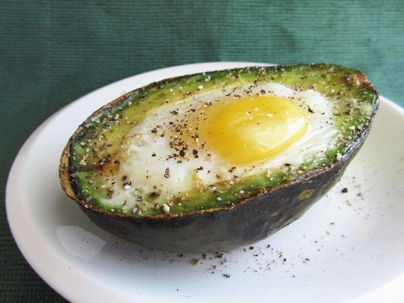 авокадо с яйцом