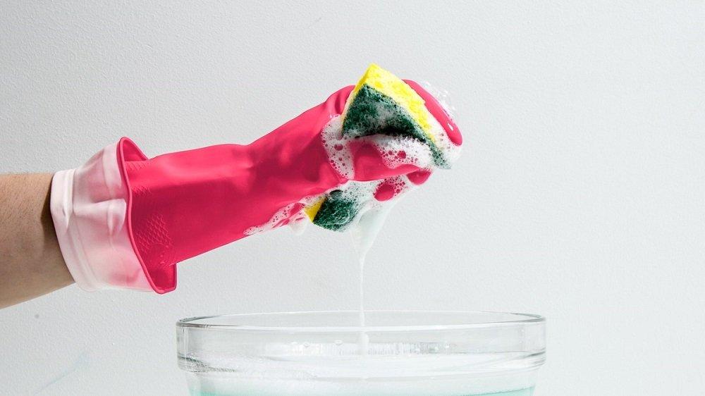 мыть посуду в ризиновых перчатках