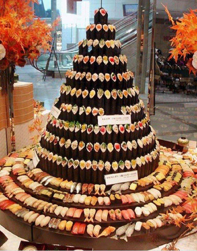новогодняя елка из суши и роллов