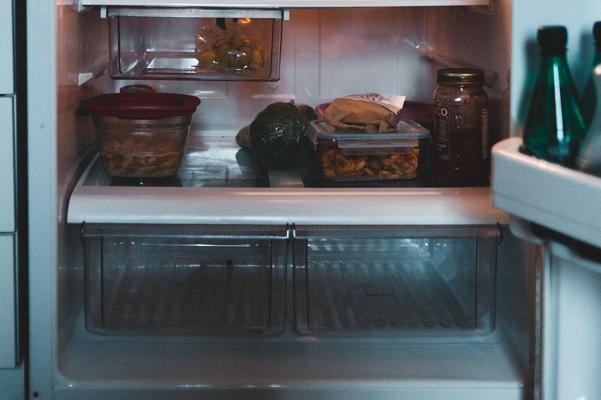 Нижняя полка холодильника и продукты, которые там должны быть