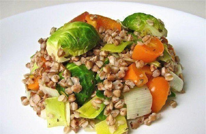 Niskokaloryczne potrawy z kaszy gryczanej, gulasz z kaszą gryczaną i warzywami </p> <p><img src=