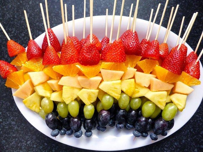 фруктовая нарезка на шпажках