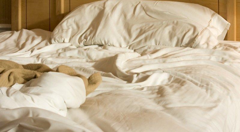 застилает постель