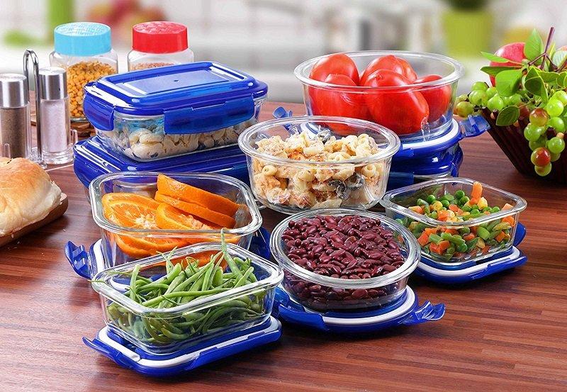 еда в пластиковых контейнерах