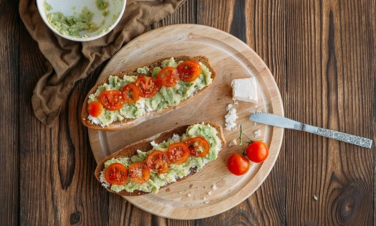 Бутерброды с авокадо и черри
