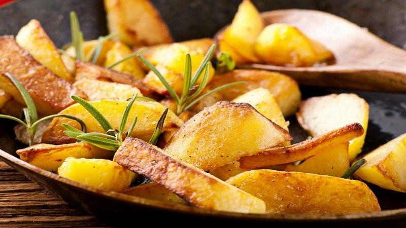 как жарить картофель на сковороде