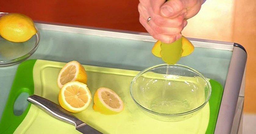 выжать лимон