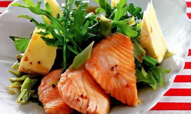 Теплый салат с камамбером и лососем
