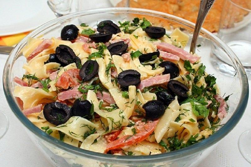 салат с пастой и сыром