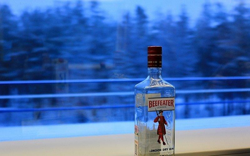 пустые бутылки на столе