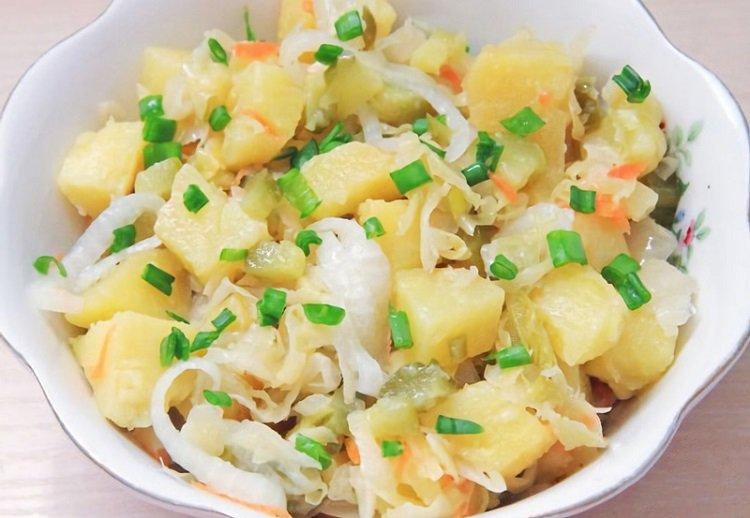 быстрые закуски, теплый салат с квашеной капустой