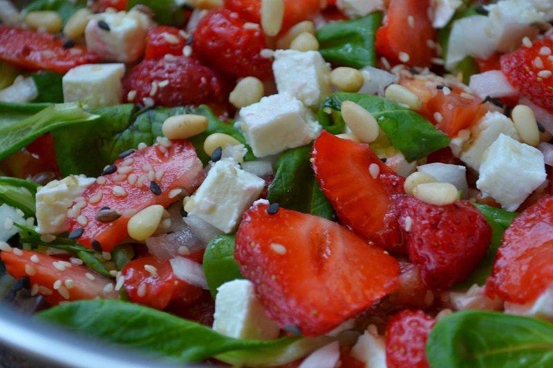 как приготовить салат с клубникой и сыром