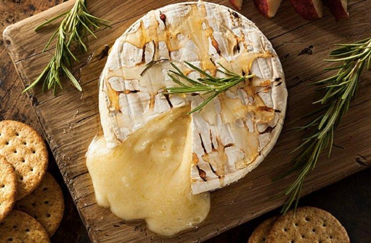 Рецепты запеченных сыров, бри с розмарином и медом