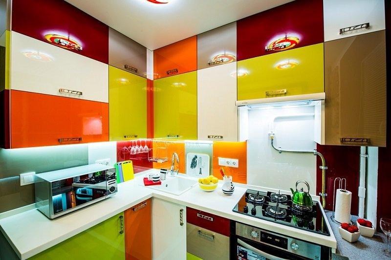 Холодильник в интерьере в коридоре