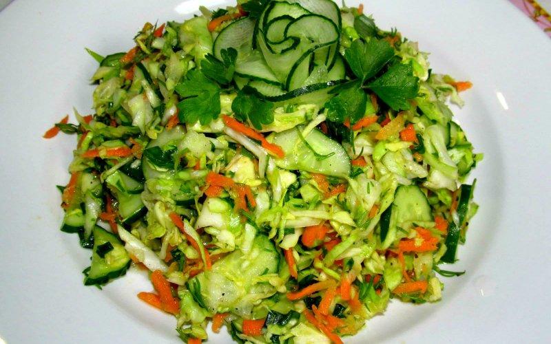 салат с молодой капустой и восточной заправкой
