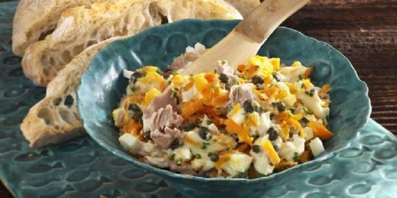 салат з тунця з морквою і яйцями