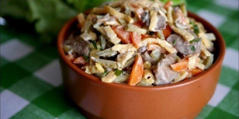 салат з печінки, моркви та огірків