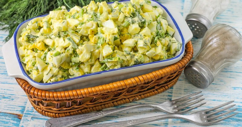 салат с луком и яйцом