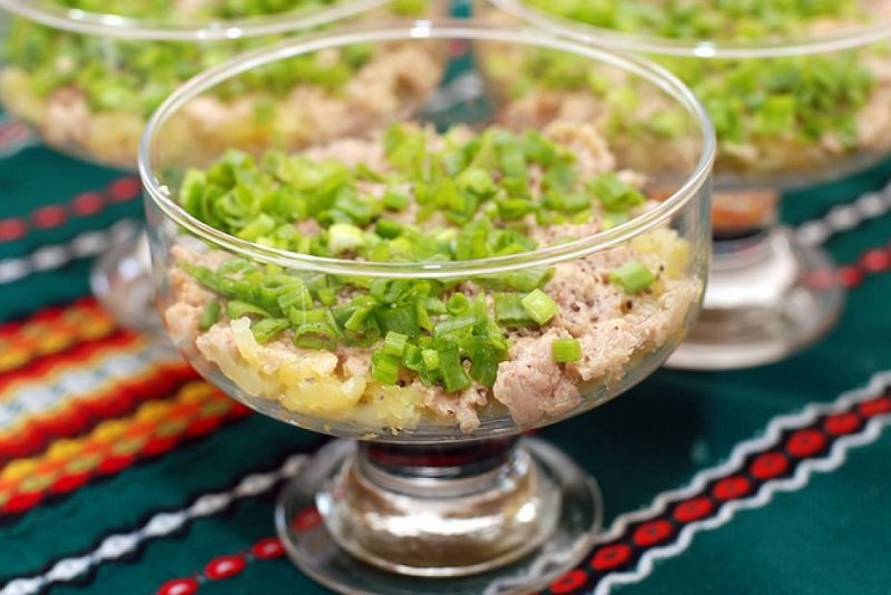 салат с луком и печенью трески