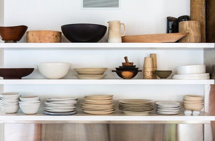 посуда в кухонном шкафчике