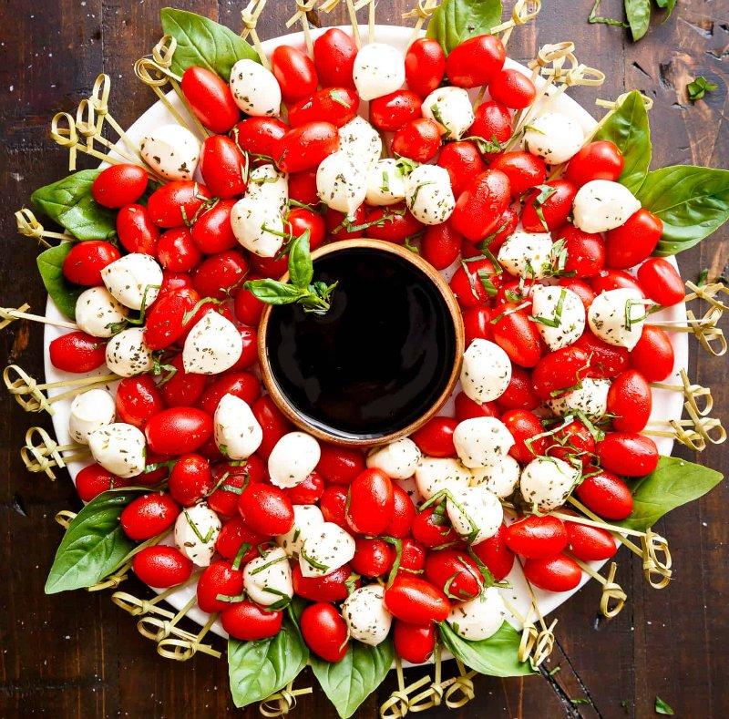 шарики моцареллы с помидорами
