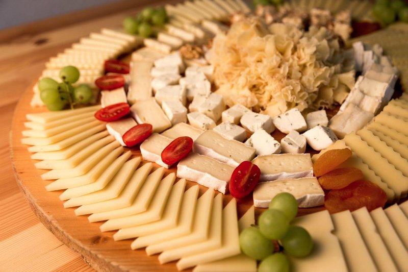 сырная тарелка красивая подача /></li> <li>Гурманы оценят флажки с названием каждого вида сыра. Хорошо знать, что ты пробуешь! <p><img src=