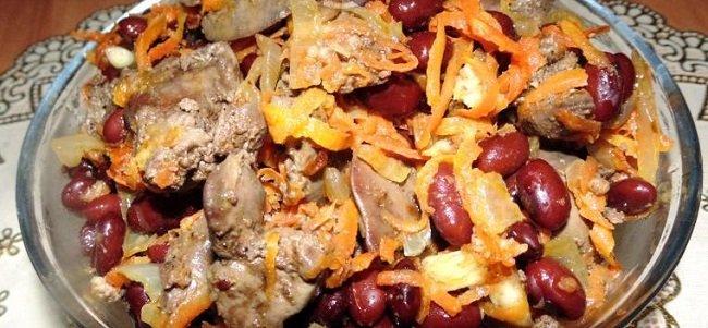 Теплый салат с красной фасолью и печенью
