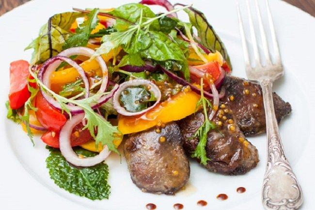Теплый салат с говяжьей печенью и овощами
