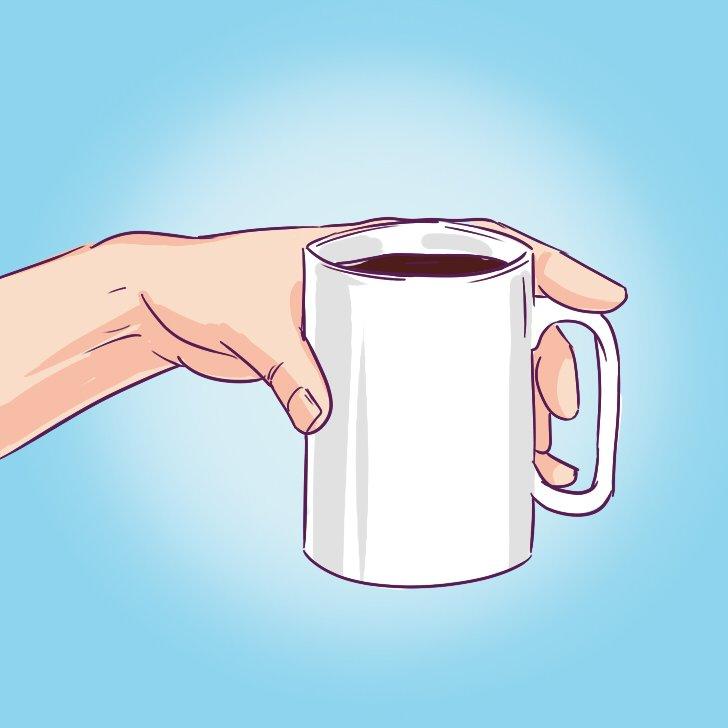 кружка в руке рисунок