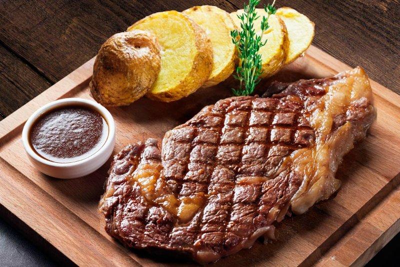 стейк с картофелем