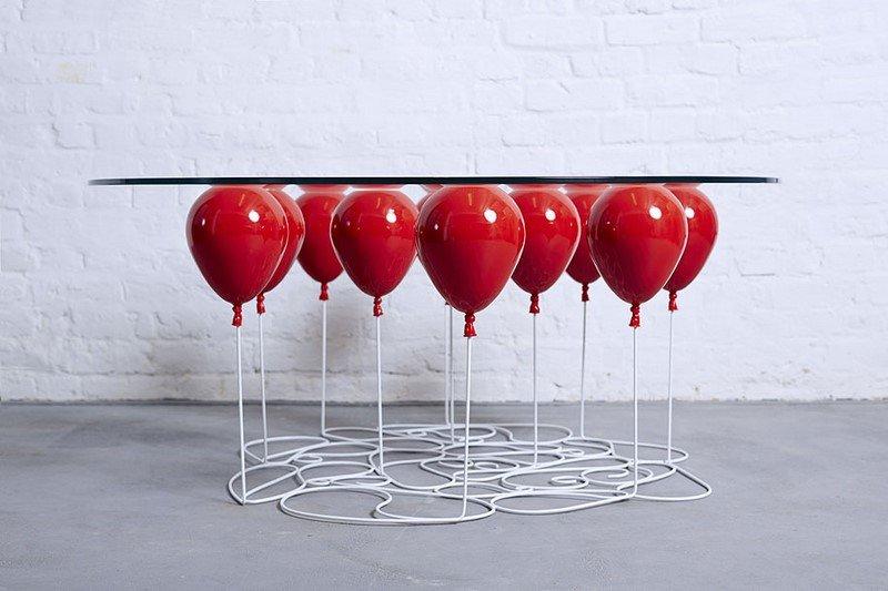 стол из красных воздушных шаров
