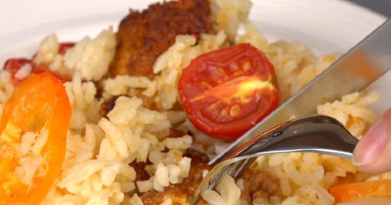 kuracie mäso s ryžou v panvovej fotografii