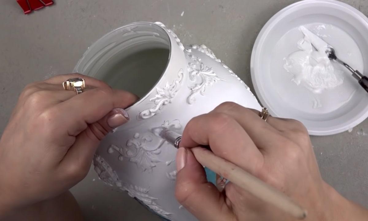 процесс покрытия банки белой краской