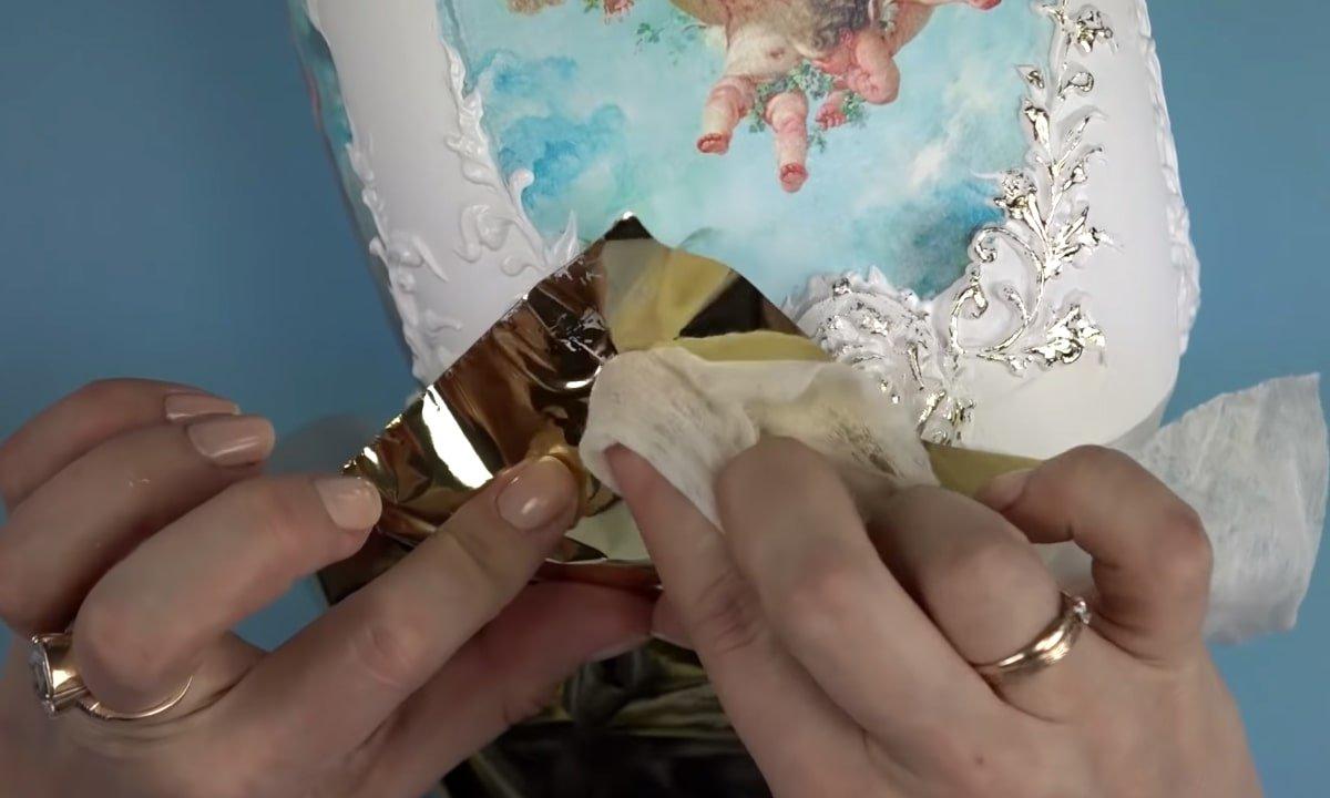 оформление рельефа золотистой поталью