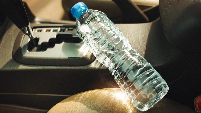 Почему нельзя оставлять пластиковую бутылку в машине
