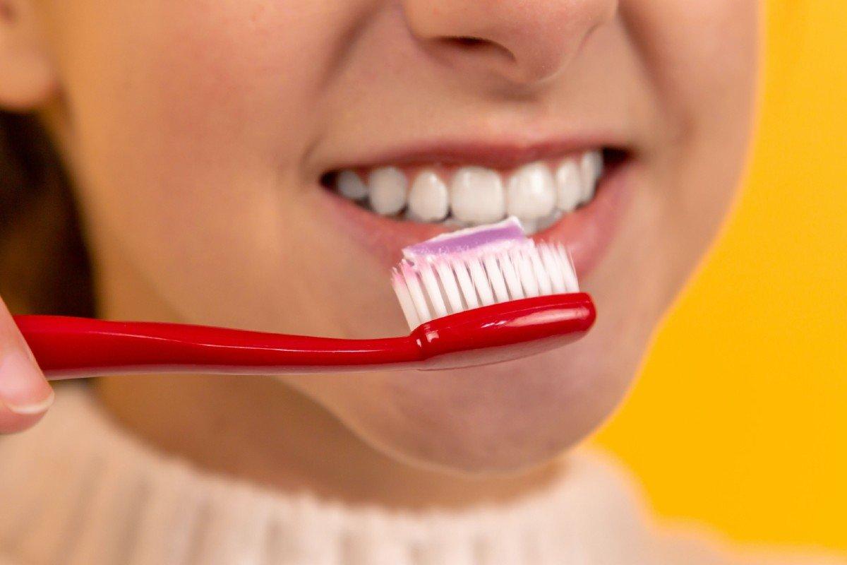 Вред зубной пасты: ингредиенты, которых стоит избегать