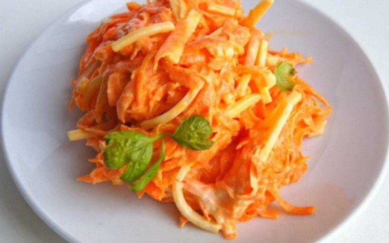 Салат с омлетом и морковью