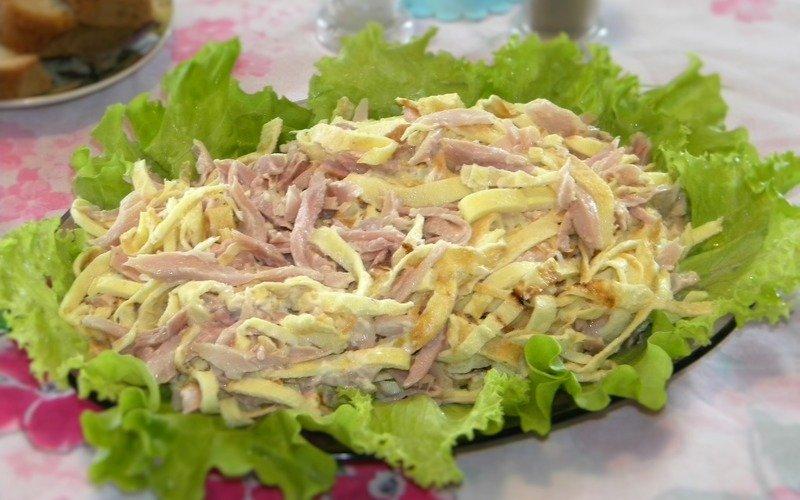 Šalát s miešanými vajcami a kuracím mäsom
