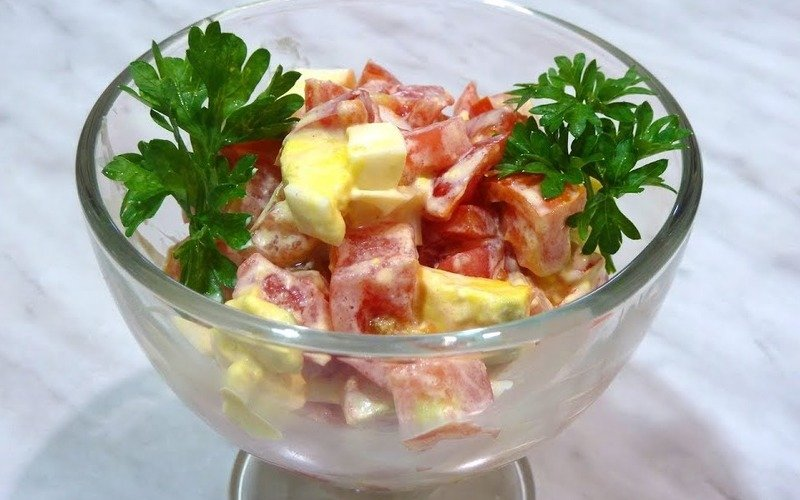 Šalát s paradajkami a vajcami