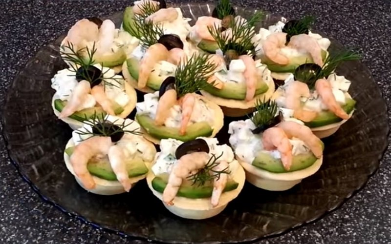 Закуски с морепродуктами, тарталетки с салатом и креветками