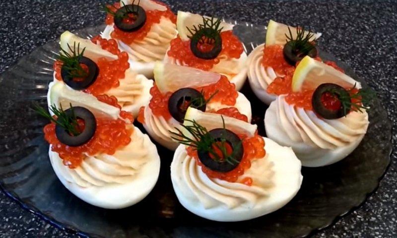 Закуски с морепродуктами, фаршированные яйца с красной рыбой