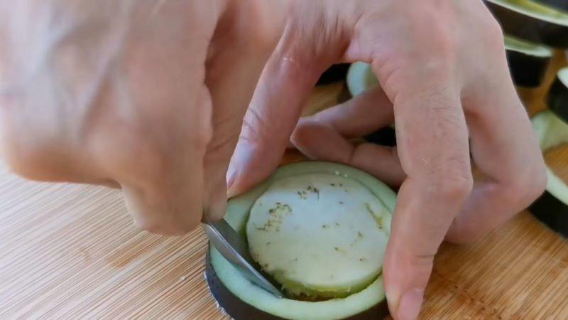 Смажені баклажани з начинкою з яєць