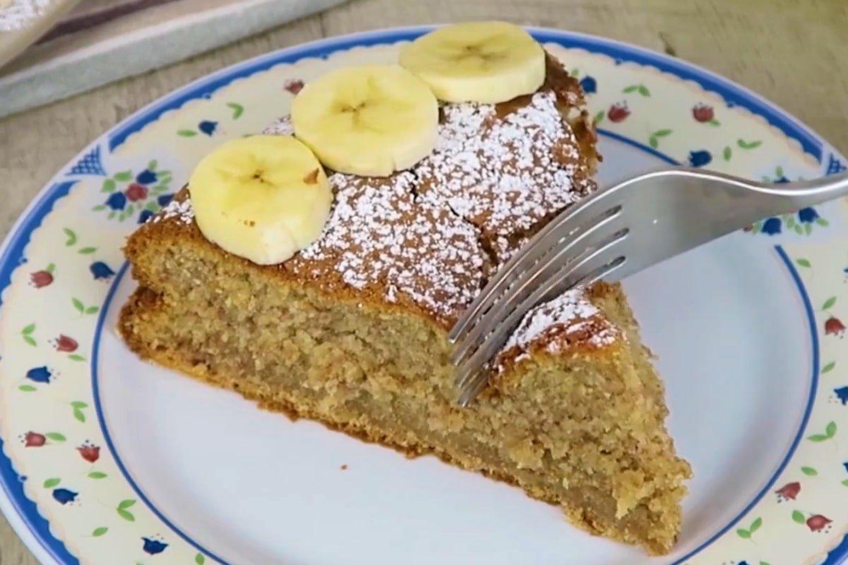 готовый банановый пирог на молоке