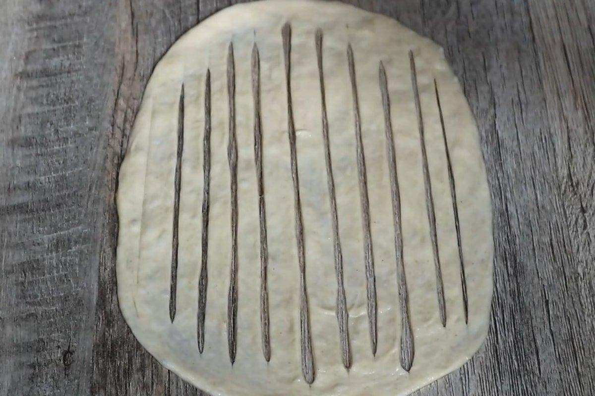 Здобні булочки з зеленою цибулею по-домашньому