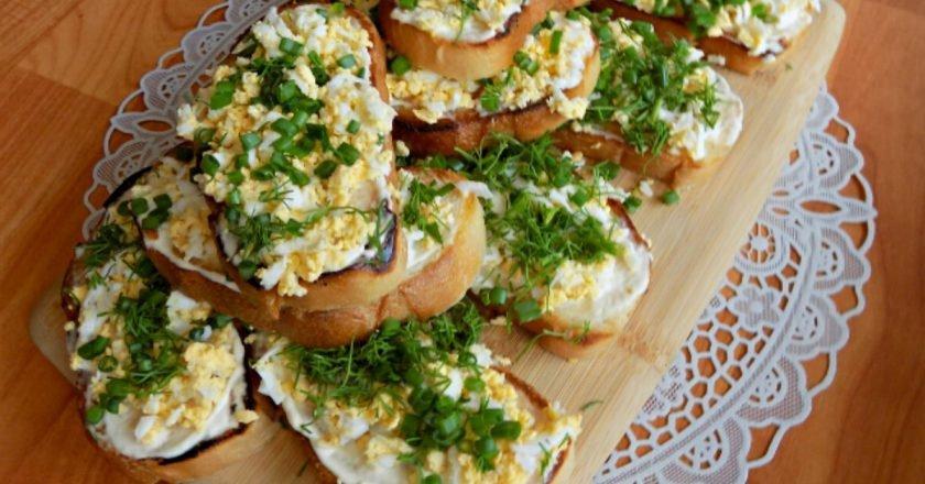 Острые бутерброды с яйцом и зеленью