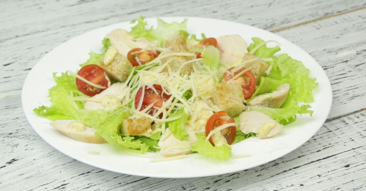 Простой рецепт салата цезарь с курицей в домашних условиях с пошагово