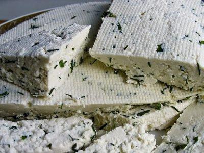 Домашний сыр с зеленым луком